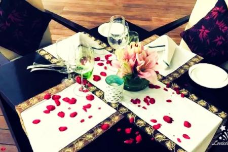 Valentine-poolside-candlelight-dinner-at-vivanta-dwarka
